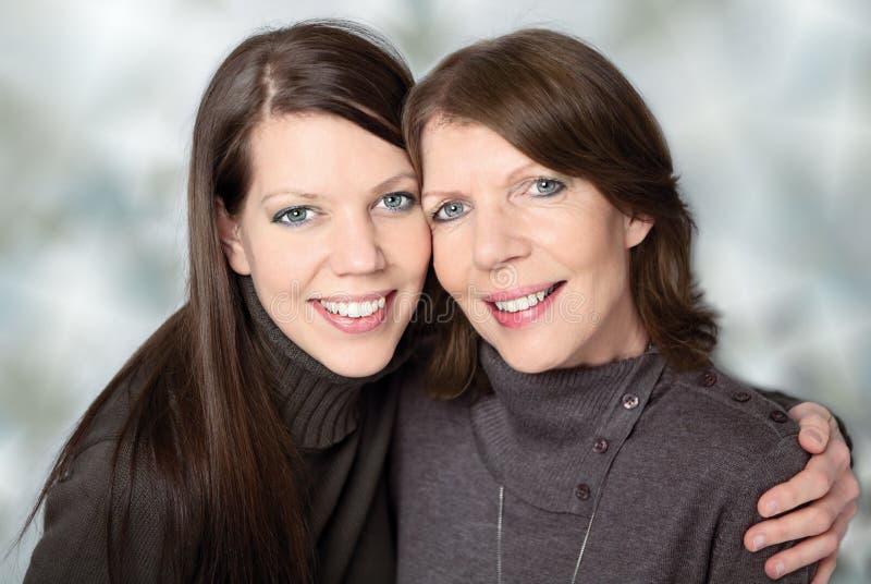 Rijpe moeder en volwassen dochter royalty-vrije stock foto's