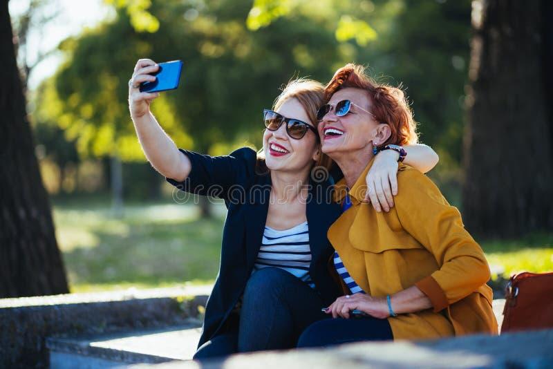 Rijpe moeder en volwassen dochter die selfie nemen royalty-vrije stock foto's