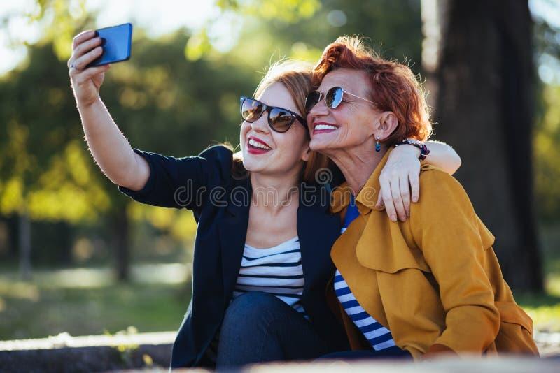 Rijpe moeder en volwassen dochter die selfie nemen royalty-vrije stock fotografie