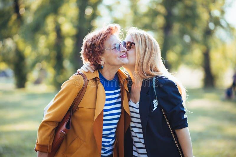 Rijpe moeder en volwassen dochter die van een dag in het park genieten stock foto