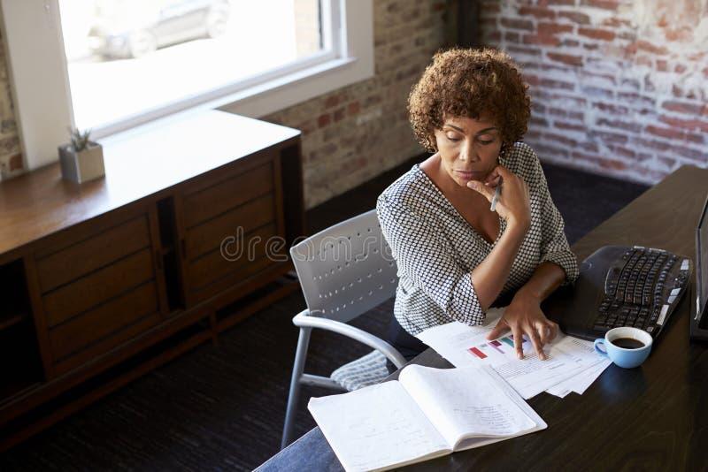 Rijpe onderneemster die in bureau werken royalty-vrije stock afbeeldingen