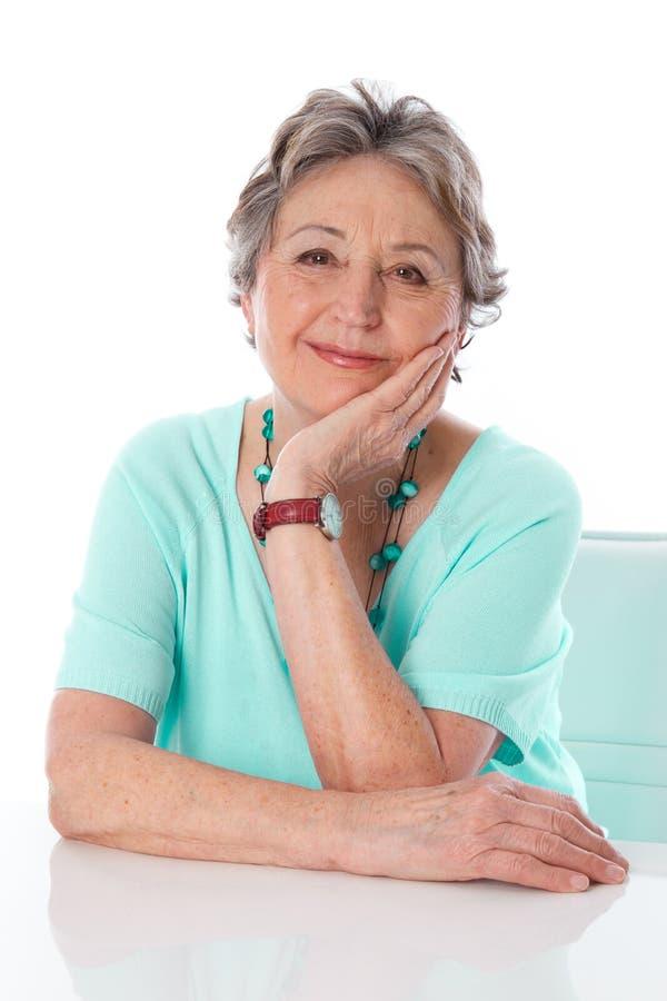 Rijpe ontspannen dame het glimlachen - oudere die vrouw op witte rug wordt geïsoleerd stock afbeelding
