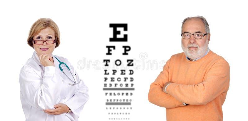 Rijpe oogartsvrouw die de mening van een hogere man controleren stock afbeelding