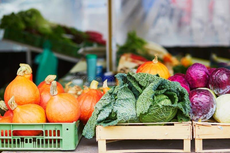 Rijpe oranje pompoenen op landbouwers landbouwmarkt royalty-vrije stock foto's