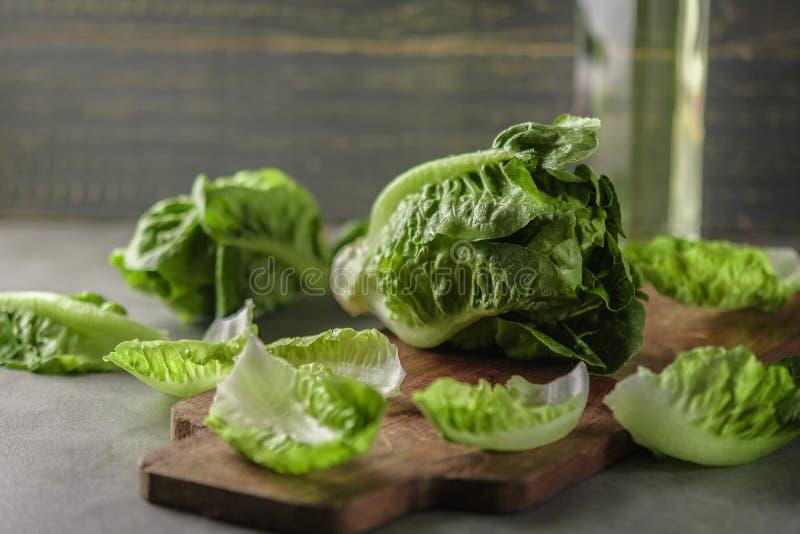 Rijpe organische groene saladeromano op een scherpe raad royalty-vrije stock foto