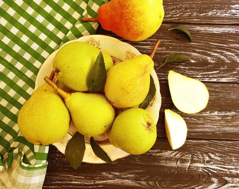 Rijpe organische zoete het fruitoogst van de perenzomer op een plaat heerlijk op houten smakelijk royalty-vrije stock fotografie