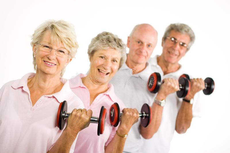 Rijpe oudere mensen die gewichten opheffen royalty-vrije stock foto