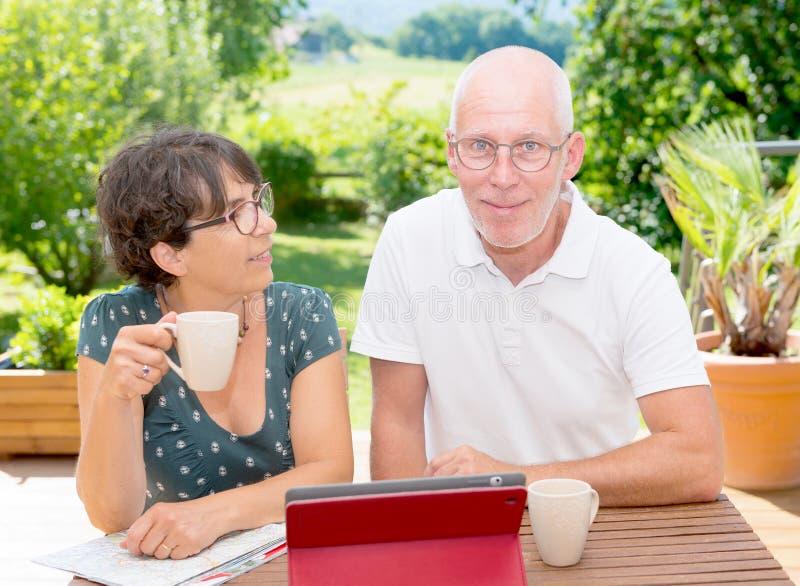 Rijpe paar het drinken koffie op tuinterras royalty-vrije stock foto's