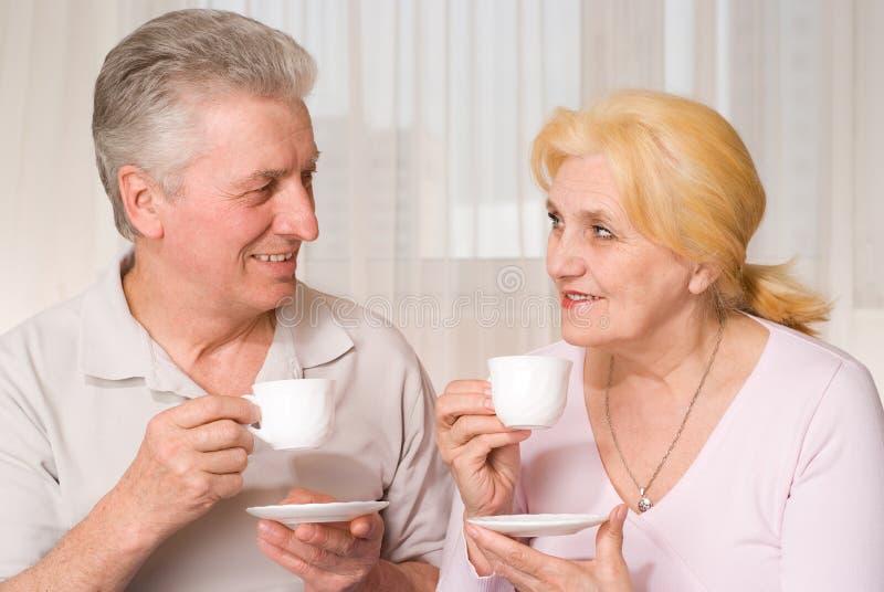 Rijpe paar het drinken thee stock afbeeldingen