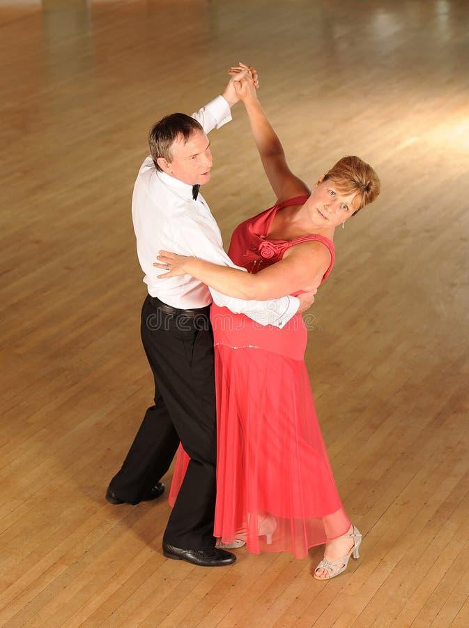 Rijpe paarballroom dansen royalty-vrije stock afbeelding