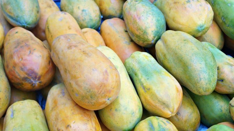Rijpe papaja of betik op vertoning voor verkoop stock fotografie