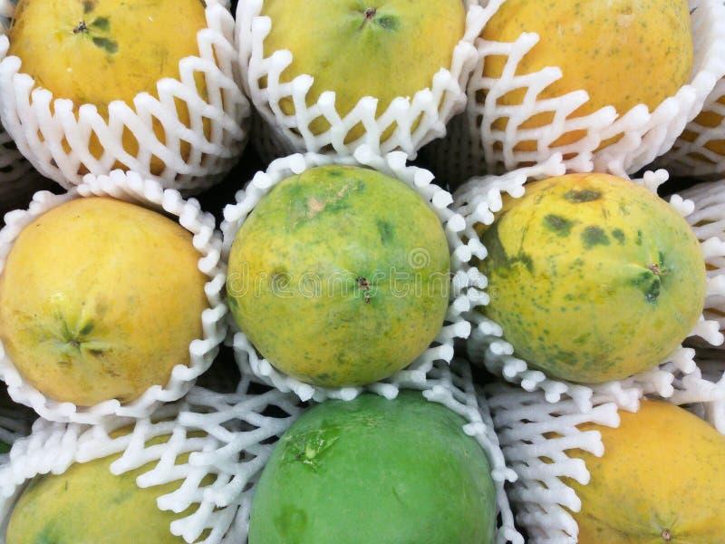 Rijpe papaja bij verse markt royalty-vrije stock afbeelding