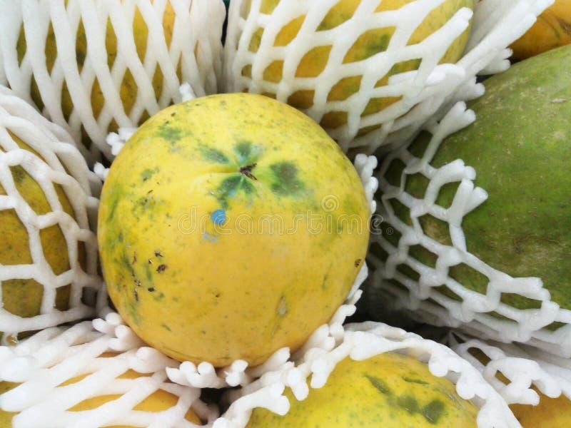 Rijpe papaja bij verse markt stock afbeeldingen