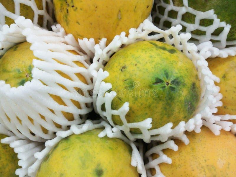 Rijpe papaja bij verse markt royalty-vrije stock fotografie