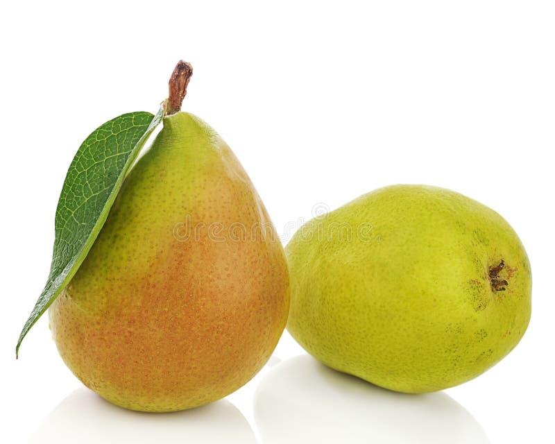 Rijpe peren met groene bladeren die op witte achtergrond worden geïsoleerd. royalty-vrije stock afbeelding