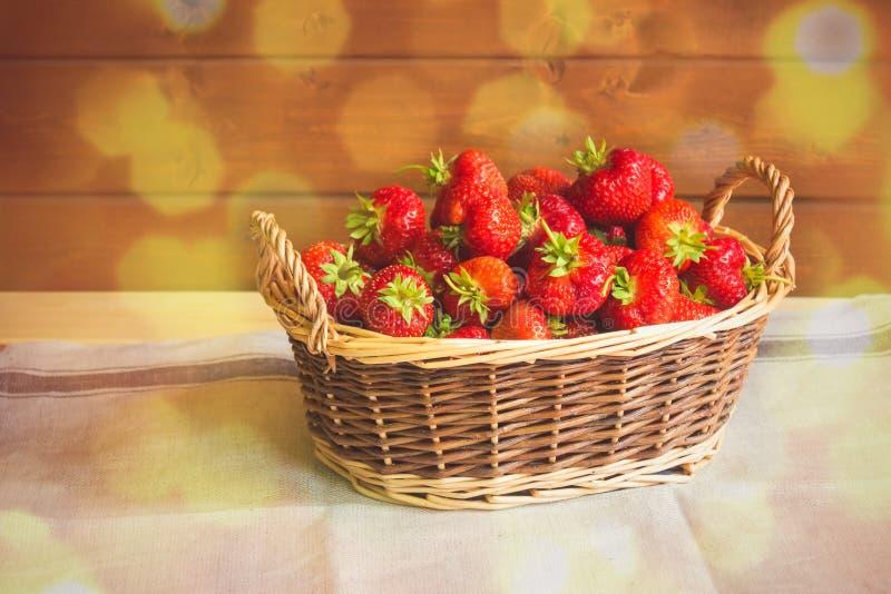 Rijpe rode aardbeien in mand op lijst Selectieve nadruk royalty-vrije stock fotografie