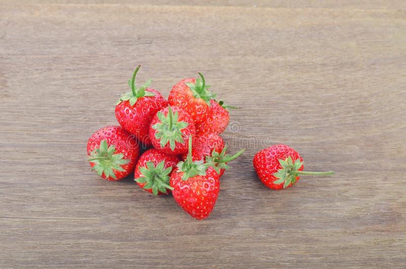 Rijpe rode aardbeien op houten lijst stock foto's