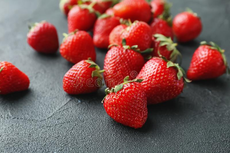 Rijpe rode aardbeien op zwarte achtergrond, close-up royalty-vrije stock afbeelding