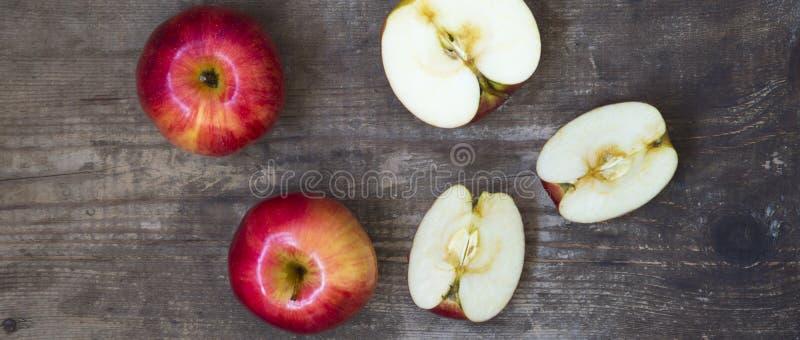 Rijpe rode appelen en plakken op donkere houten achtergrond, luchtmening Van hierboven Hoogste mening stock afbeeldingen