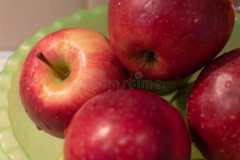 Rijpe rode appelen met de close-up van waterdalingen als achtergrond stock afbeeldingen