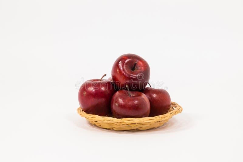 Rijpe rode appelen in rieten die mand op witte achtergrond wordt geïsoleerd royalty-vrije stock foto's