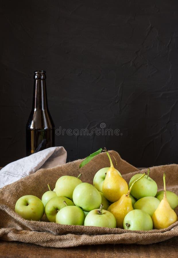 Rijpe rode en groene appelen op houten achtergrond Appelen in kom Tuinvruchten Autumn Fruits De Gele peren van de de herfstoogst  royalty-vrije stock foto's