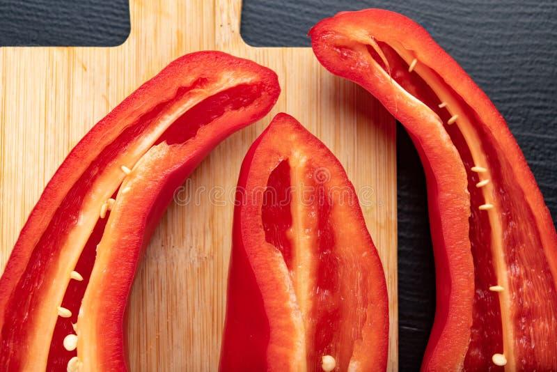 Rijpe rode paprika op een houten raad Gezonde groenten in een huiskeuken royalty-vrije stock fotografie