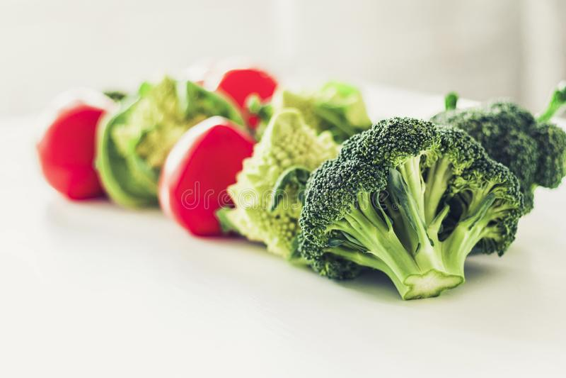 Rijpe romanescobroccoli van groententomaten op witte houten achtergrond met exemplaarruimte voor uw tekst royalty-vrije stock afbeelding