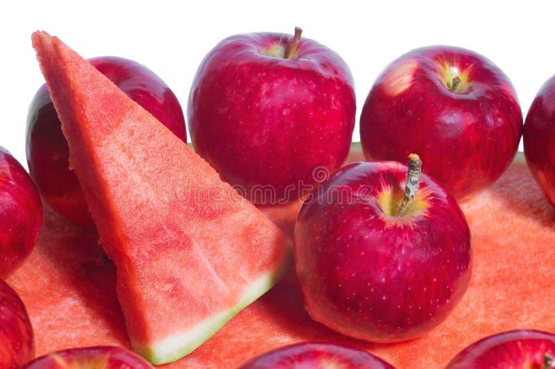 Rijpe rustieke rode de herfstappelen op de achtergrond van watermeloen Fruitoogst in aard in de boomgaard van het dalingsseizoen royalty-vrije stock afbeeldingen