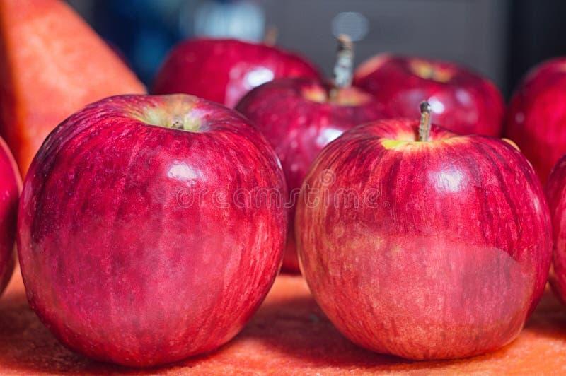 Rijpe rustieke rode de herfstappelen op de achtergrond van watermeloen Fruitoogst in aard in de boomgaard van het dalingsseizoen royalty-vrije stock fotografie