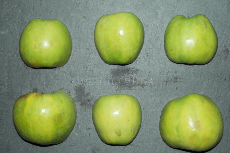Rijpe, sappige appelen - rood en groen Groenten: snijbonen, wortelen en bloemkolen Vruchten en groenten Het gezonde Eten geschikt stock foto's