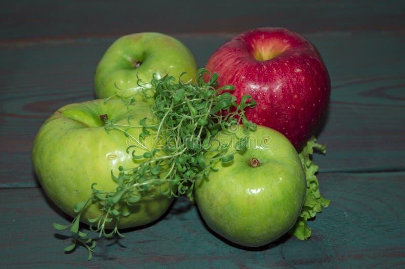 Rijpe, sappige appelen - rood en groen Groenten: snijbonen, wortelen en bloemkolen Vruchten en groenten Het gezonde Eten geschikt stock fotografie
