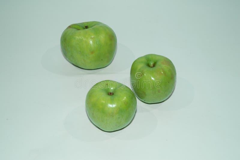 Rijpe, sappige appelen - rood en groen Groenten: snijbonen, wortelen en bloemkolen Vruchten en groenten Het gezonde Eten geschikt stock afbeelding