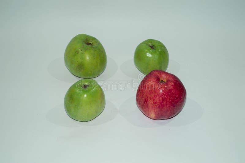 Rijpe, sappige appelen - rood en groen Groenten: snijbonen, wortelen en bloemkolen Vruchten en groenten Het gezonde Eten geschikt stock foto