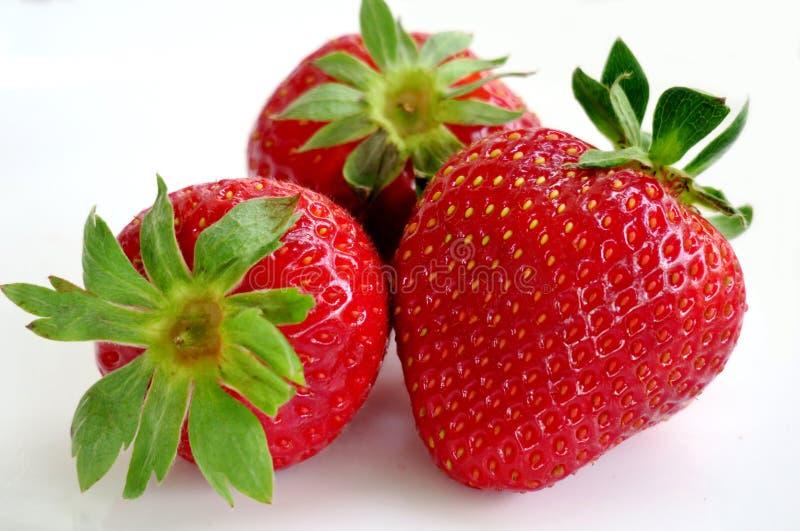 Rijpe sappige en gezonde aardbeien op een wit close-up als achtergrond stock foto's