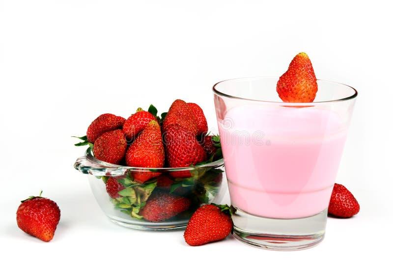 Rijpe Sappige en Verse Aardbei in een kom met een glas van milkshake stock afbeelding
