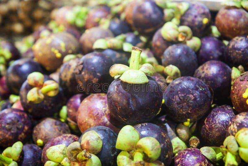 Rijpe sappige mangosteenes op de teller Heel wat mangosteenesachtergrond royalty-vrije stock foto's