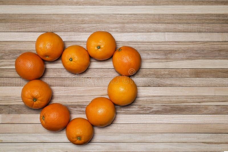 Rijpe sinaasappelen in de vorm van hart royalty-vrije stock afbeelding