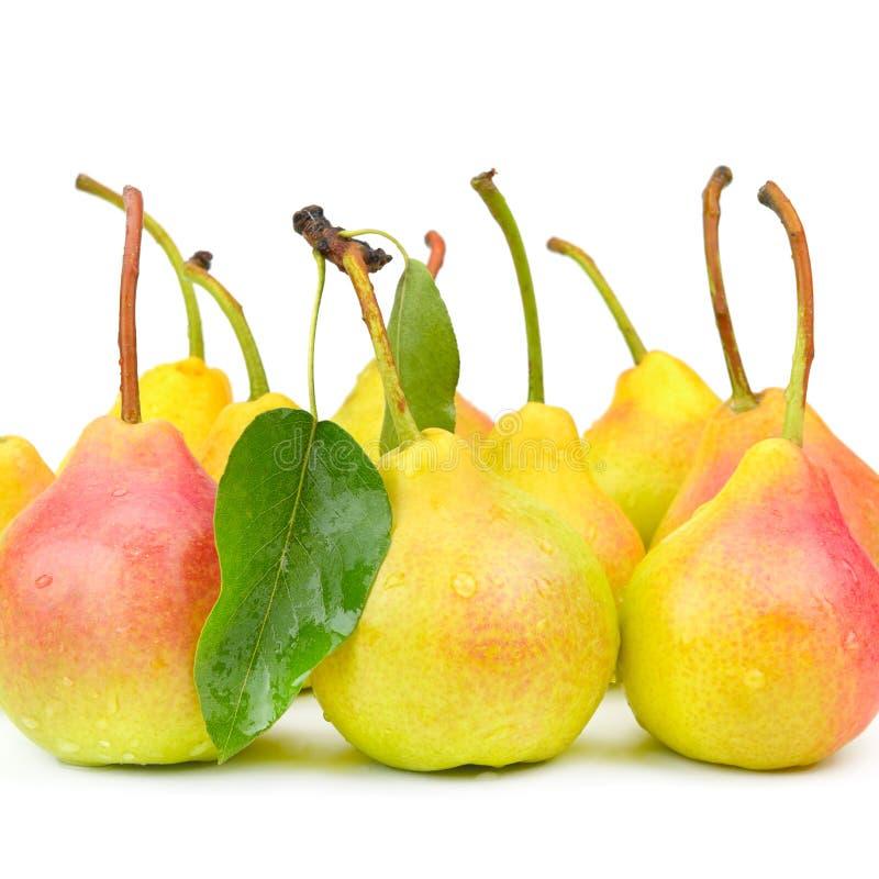 Rijpe smakelijke peren die op witte achtergrond worden geïsoleerd stock afbeelding