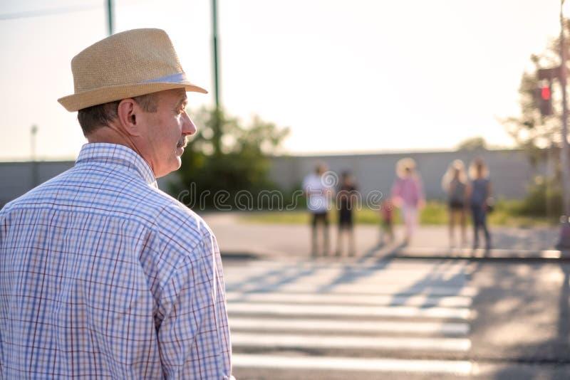 Rijpe Spaanse mens die straat wachten te kruisen royalty-vrije stock foto
