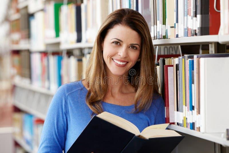 Rijpe student in bibliotheek stock fotografie