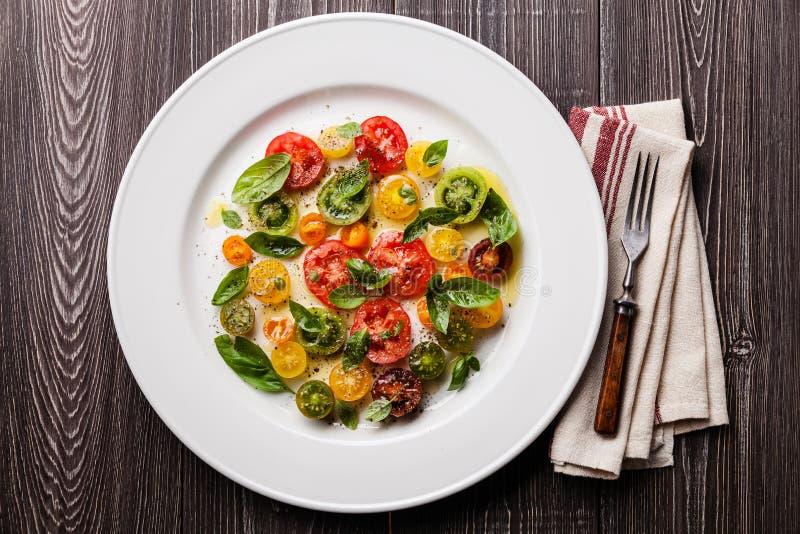 Rijpe verse kleurrijke tomatensalade royalty-vrije stock afbeelding