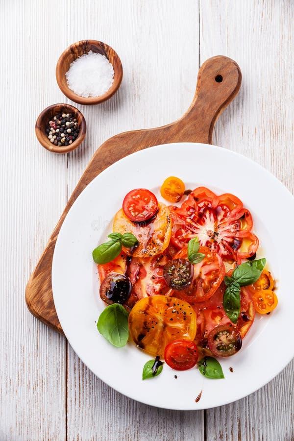 Rijpe verse kleurrijke tomatensalade royalty-vrije stock afbeeldingen