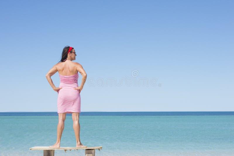 Rijpe vrouw bij tropische strandvakantie stock foto