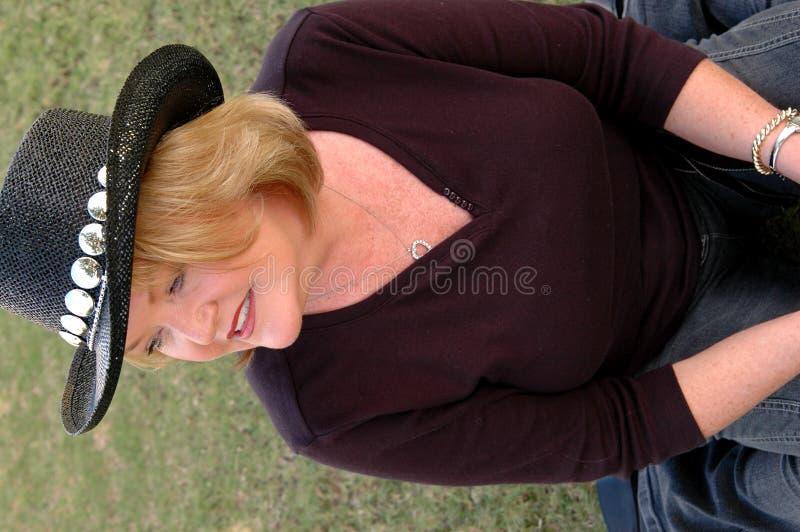 Rijpe Vrouw in de Hoed van de Cowboy royalty-vrije stock afbeeldingen