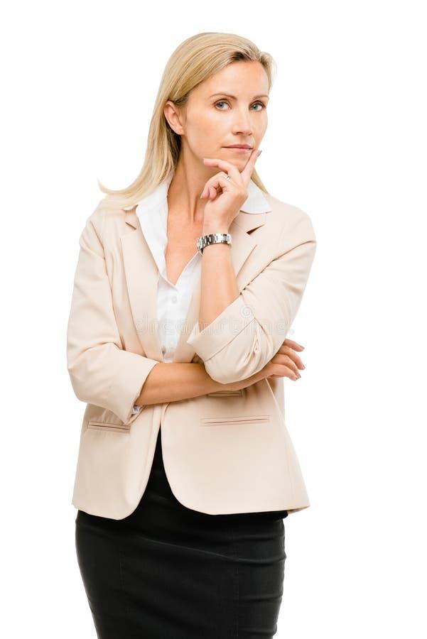 Rijpe vrouw denken die die op witte achtergrond wordt geïsoleerd stock afbeeldingen