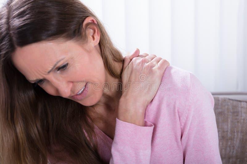 Rijpe vrouw die aan rugpijn lijden royalty-vrije stock foto