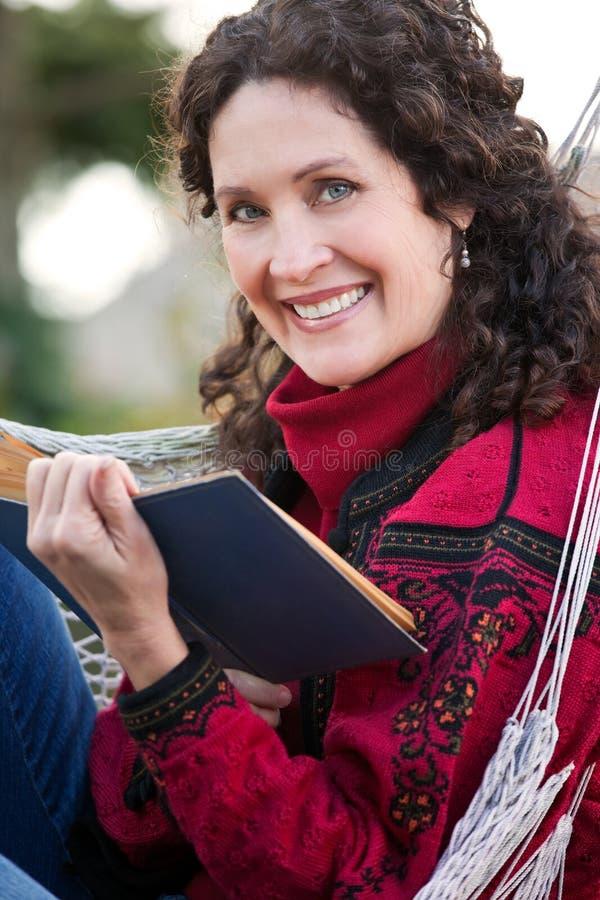 Rijpe vrouw die een boek leest royalty-vrije stock afbeeldingen