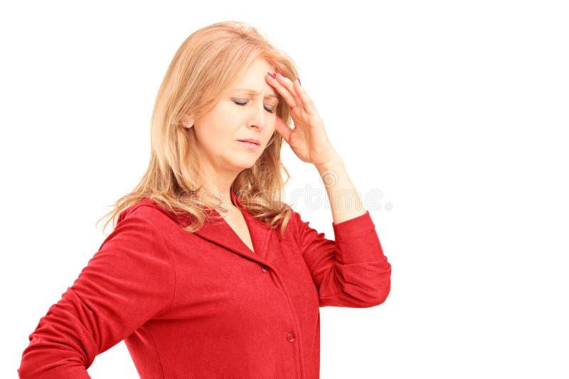Rijpe vrouw die een hoofdpijn hebben royalty-vrije stock foto's