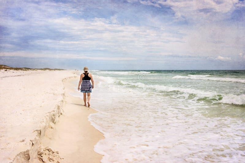 Rijpe Vrouw die op Sunny Beach Artistic Photograph wandelen stock afbeelding